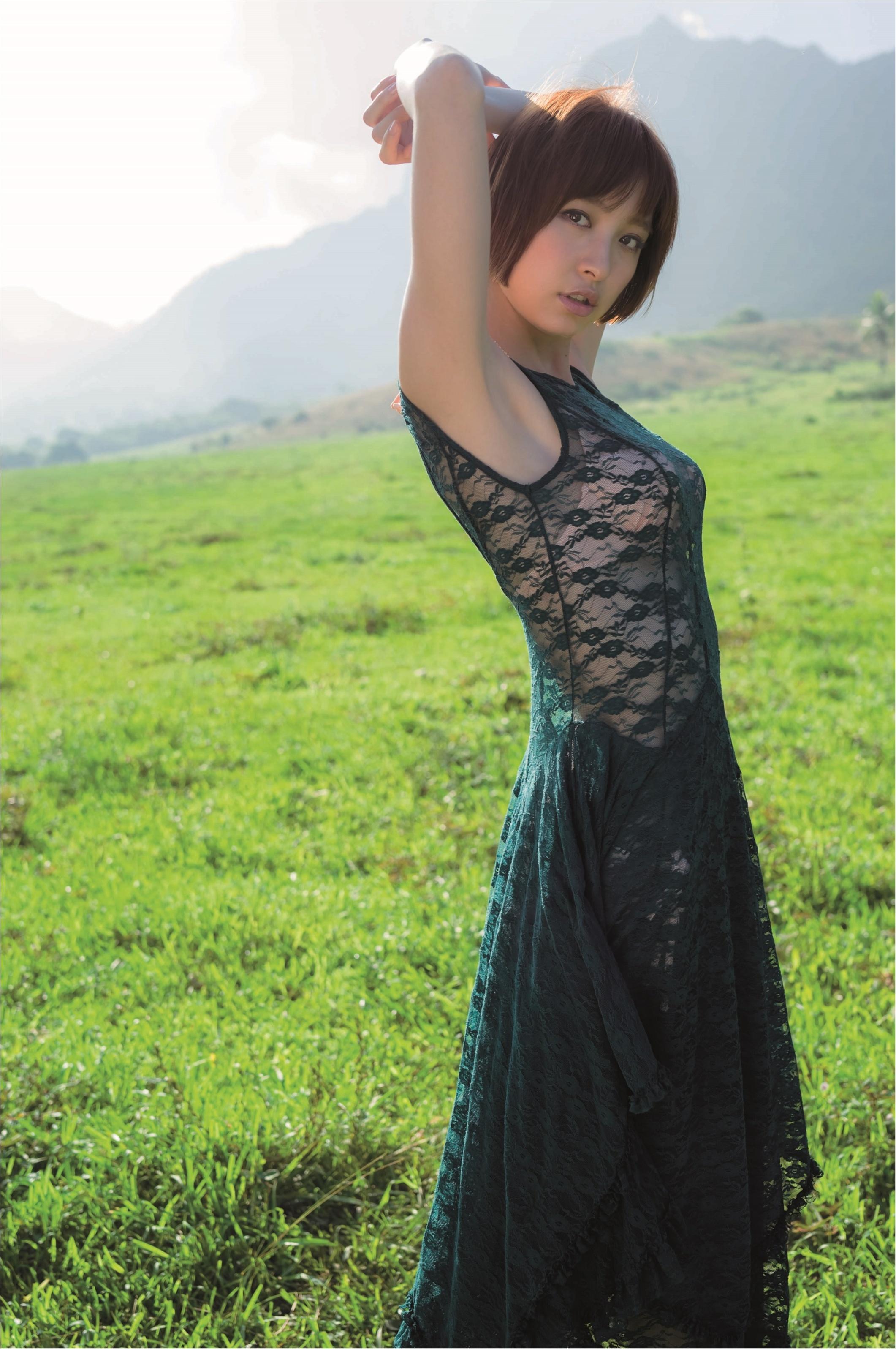 黒服姿の篠田麻里子さん