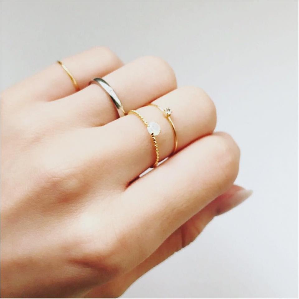 華奢で主張し過ぎないから、手持ちのリングとも合わせやすいし。私の場合、結婚指輪は外したくないけど左手にファッションリングもしたい派なので、このくらいの控えめ