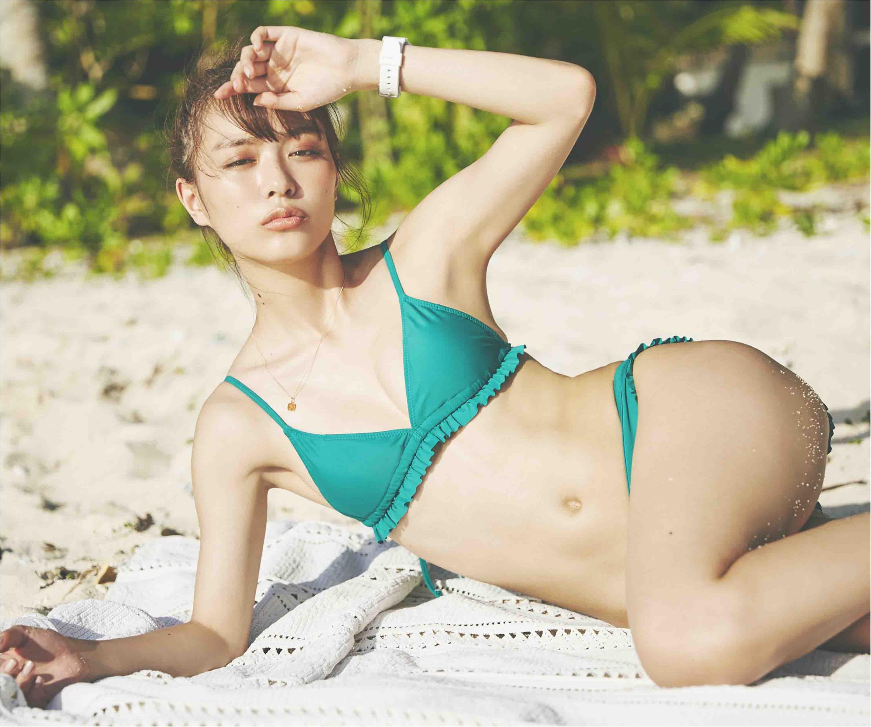 ビーチで水着姿の内田理央さん