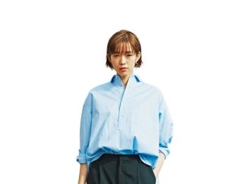 """【今日のコーデ】好感度大なブルーシャツ。パンツコーデの日は小物で""""可愛げを盛る""""のがマイルール♪"""