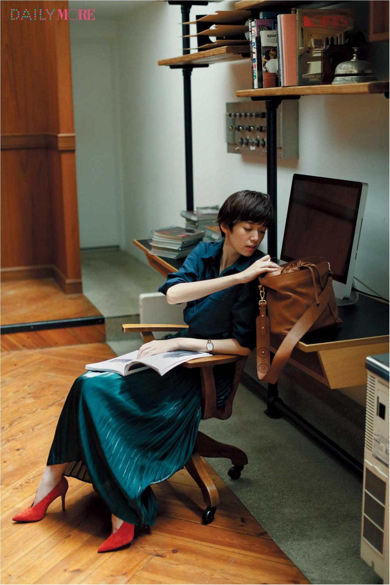 【今日のコーデ/佐藤栞里】連休明けの気分を上げるカラーコーデ、深緑のプリーツスカートでぐっと大人に。_1