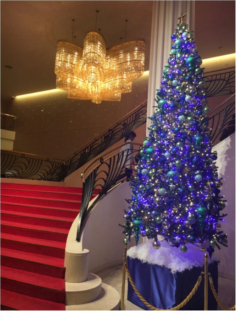 【クリスマスまであと3日!】クリスマスツリーでカウントダウン☆ 赤い絨毯に映えるブルーツリー@東京宝塚劇場_1