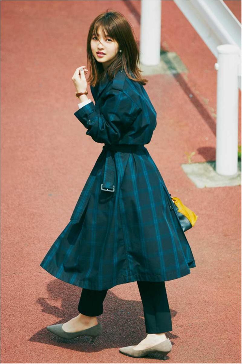 ユニクロ×イネスドフレサンジュのチェック柄トレンチコートを逢沢りなが着こなす