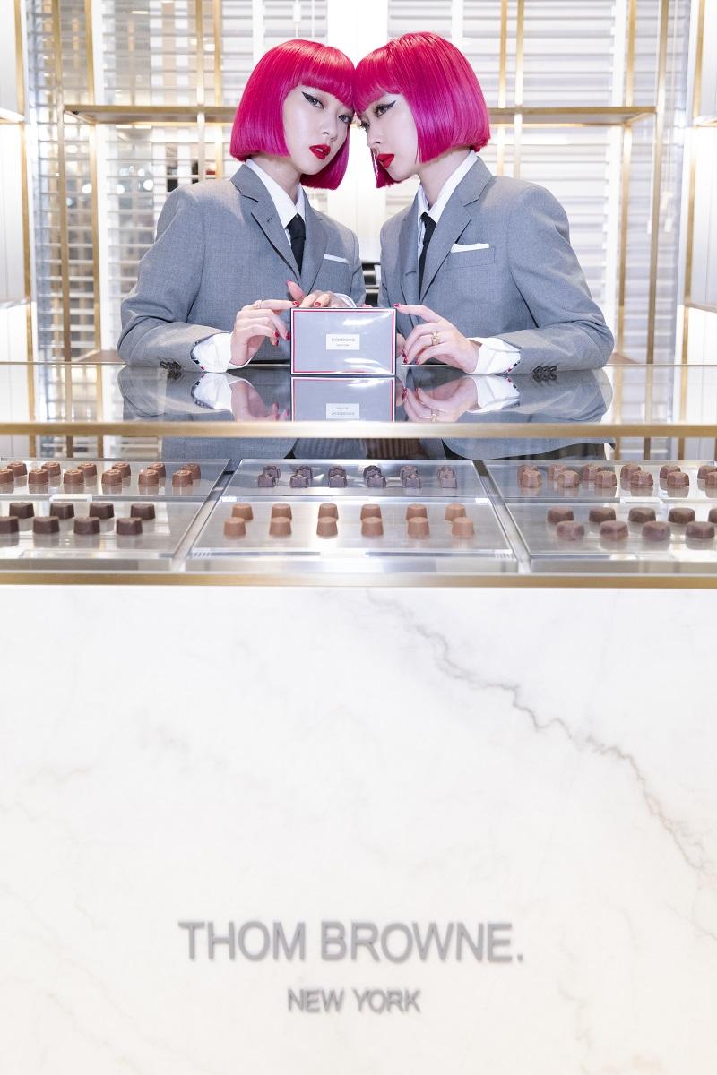 「トム ブラウン」の世界初チョコレートショップが大阪・阪急うめだ本店に! バッグやキーホルダーなど、限定アイテムの販売も_1
