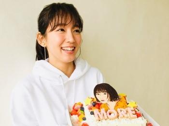 吉岡里帆さんがMORE4月号からスタートした新連載『1コスメ アップデートメイク』に登場!【撮影オフショット】
