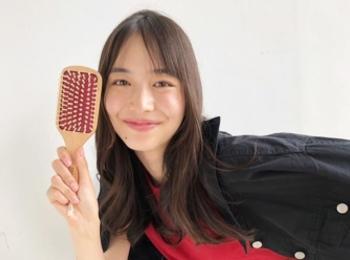 【井桁弘恵の撮影オフショット】いげちゃんも気に入ってくれた、MORE8月号付録の『uka』美髪パドルブラシ♡