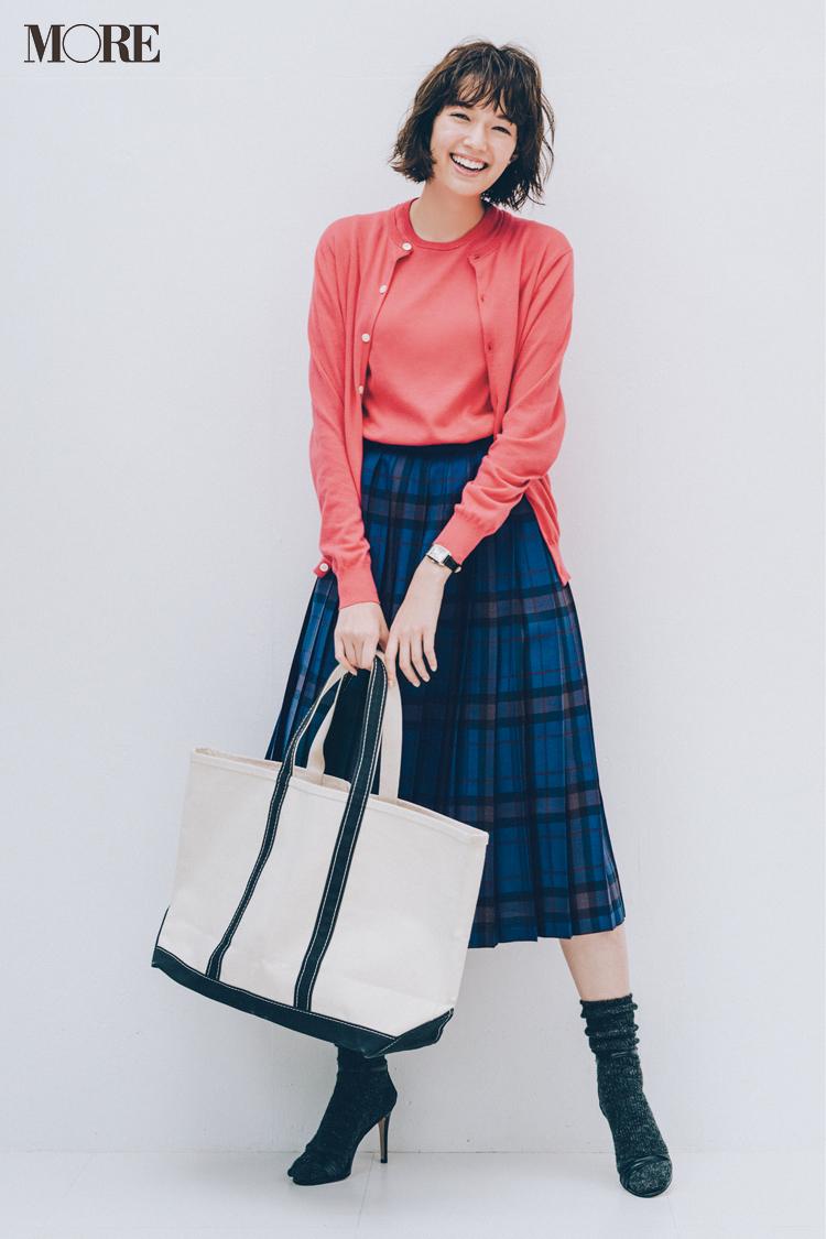 ea3d01aa407 気持ちをグンと上げてくれるピンクは、上品なツインニットで取り入れる。チェックのスカートと合わせたらこんなに可愛くて今っぽい!  グッドガール気分で足取りも ...