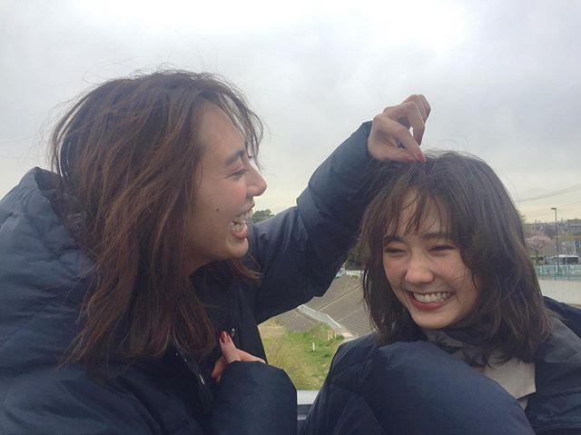 【土屋巴瑞季と鈴木友菜の撮影オフショット】友菜ちゃんの柔らかい前髪が直しては風に流されていた時、整えてくれたのはこのモアモデルでした♡