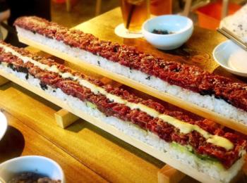 【新大久保でインスタ映え!】圧巻の50cmの特大ユッケ寿司を食べてきました♡