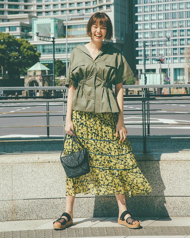 カーキのシャツ、花柄ティアードスカート