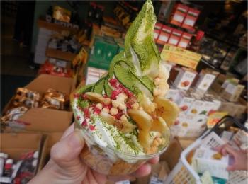 【吉祥寺カーニバル】トッピングし放題のソフトクリームがおいしい!土台のケーキも種類が選べます!