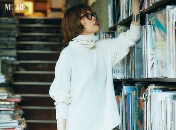 【今日のコーデ】<佐藤栞里>街リサーチの日はゆるい白タートルニットとチェック柄スカートでメリハリコーデに