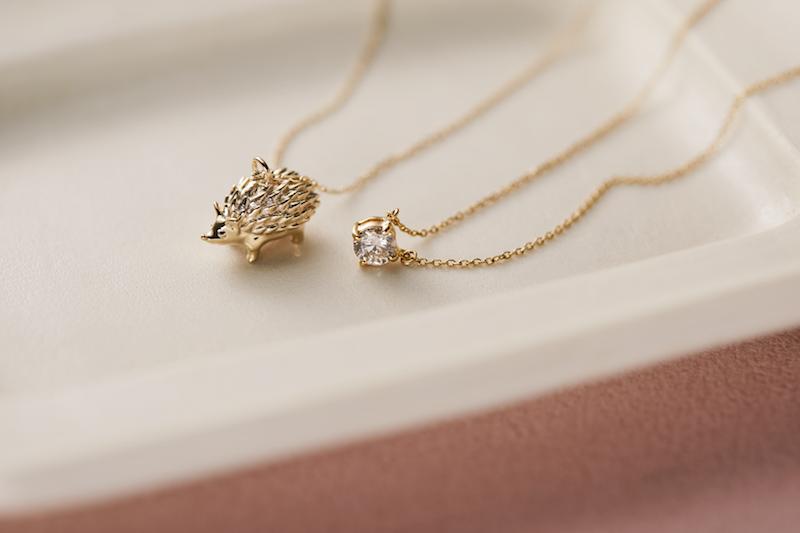 ハリネズミをモチーフに使ったひと粒ダイヤモンドのネックレス