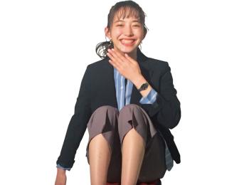 井桁弘恵が時計の撮影に初挑戦! 慣れない撮影に思わず固まった瞬間。【モデルのオフショット】
