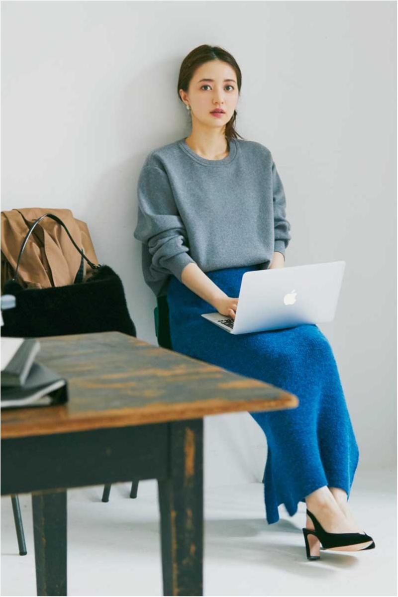 ニットのセットアップ風コーデで逢沢りなは女らしいオフィスコーデ