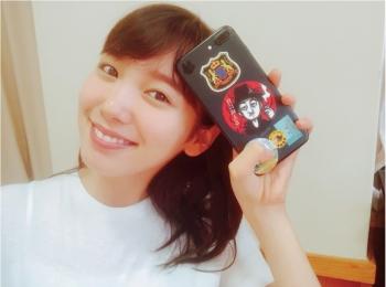 飯豊まりえは、レアなステッカーでDIY♡【モデルのオフショット:スマホケース編】
