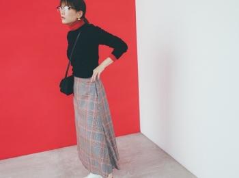 【今日のコーデ】メガネ女子、〝カジュアルな赤〟のチラ見せでおしゃれのマンネリ、打破!