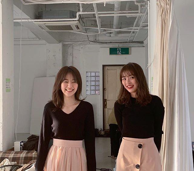 完全に双子コーデ! な内田理央と逢沢りな♡【MORE4月号 撮影のオフショット】_3