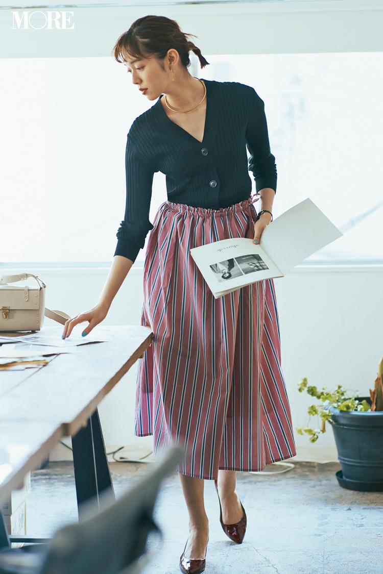 【今日のコーデ】仕事後にデート。服に迷った日は甘くないピンク×端正なストライプのスカートが最強♡ 〈佐藤栞里〉_1