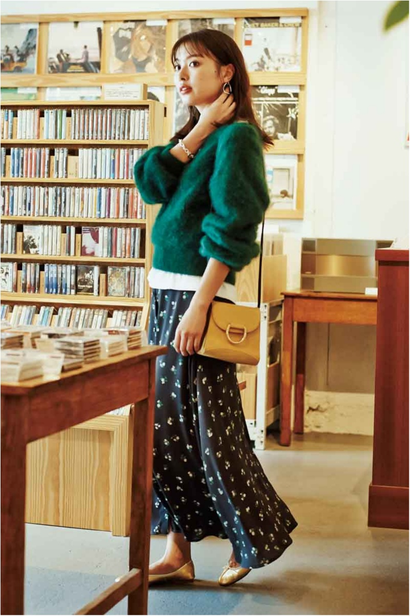 モヘアニットと花柄スカートにバレエシューズの着こなしを寒色系で大人にシフト