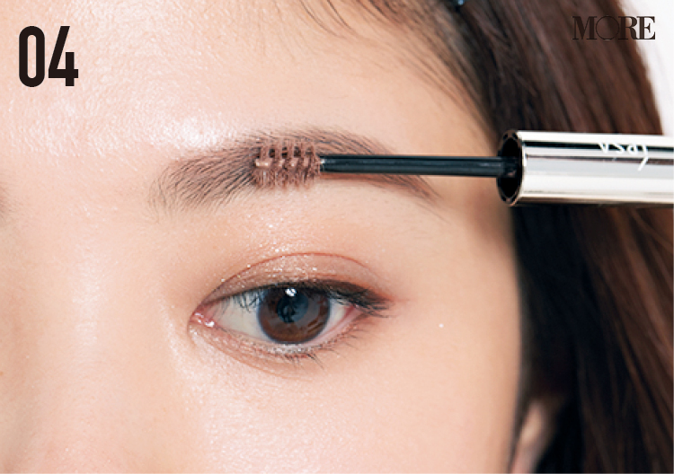 濃くて多い眉の人におすすめの描き方。明るめカラーの眉マスカラで柔らかな印象へ!_7