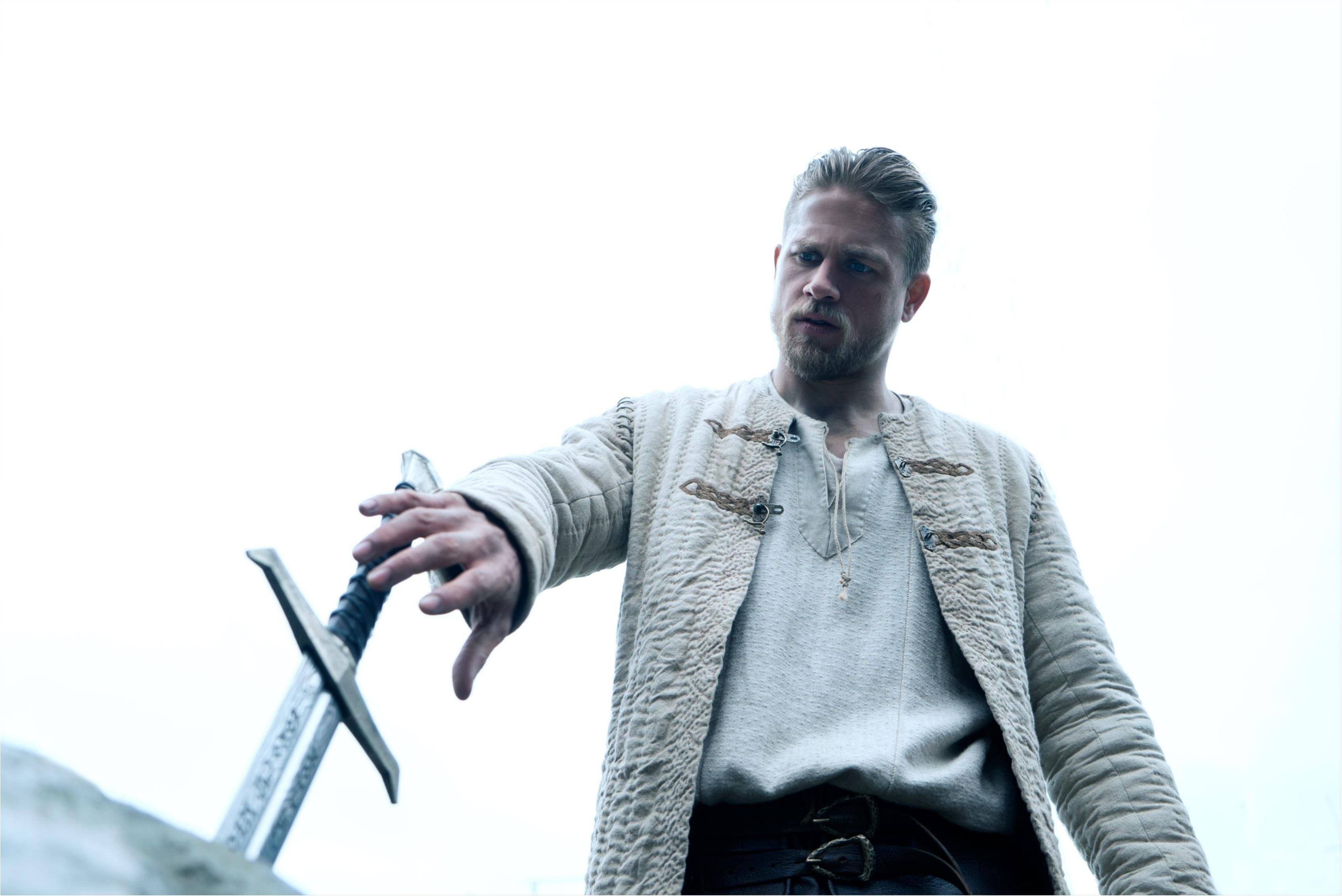 イギリスのイケメン俳優、チャーリー・ハナムの筋肉美にうっとり♡ 映画『キング・アーサー』_1