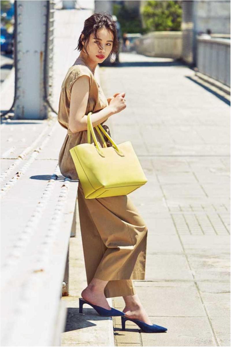 この夏、パンツ派の通勤バッグは抜け感カラーのビッグトート。色のきれいさが軽やかな印象に♡_3