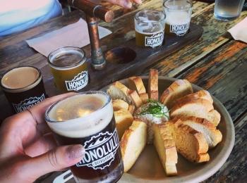 """<ハワイ>ビール好きのモアガール必見!オシャレ壁のあとは、クラフトビールが飲める人気ブルワリー""""ホノルル・ビアワークス""""へ!♡"""