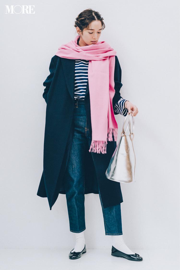 【今日のコーデ】バレンタインはモテ配色で♡ ネイビーコーデに愛されピンクのストールをひと巻き! 〈佐藤栞里〉_1