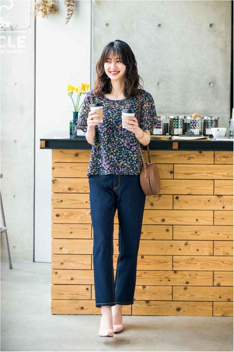 【今日のコーデ】カフェに似合う黒ベースの花柄シフォンブラウス。デニムパンツに女らしさを添えて♡ _1