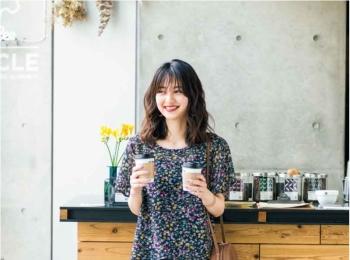 【今日のコーデ】カフェに似合う黒ベースの花柄シフォンブラウス。デニムパンツに女らしさを添えて♡