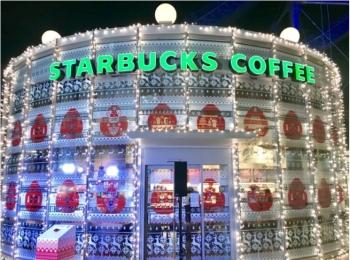 スタバが東京ドームシティ ラクーア店で、初のイルミネーションを開催中♡ なんとお店がクリスマスケーキに!!