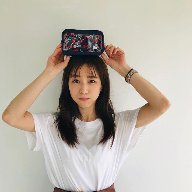 田中みな実さん、MORE9月号付録のポーチを手に癒しのスマイルショット♡【撮影オフショット】_3