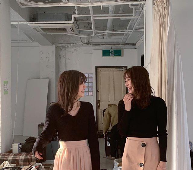 完全に双子コーデ! な内田理央と逢沢りな♡【MORE4月号 撮影のオフショット】_2