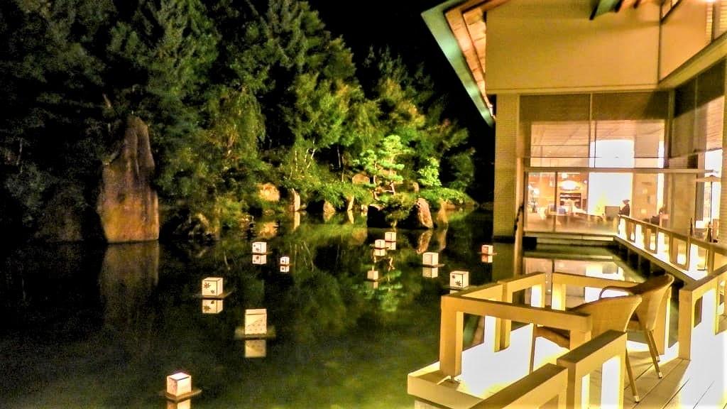 ライトアップされた水庭も素敵な写真