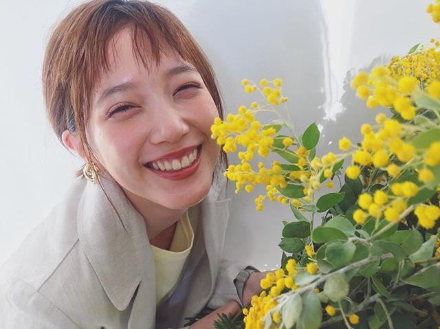 お花の後ろに隠れているモアモデル、だーれだ? 【撮影オフショット】_3