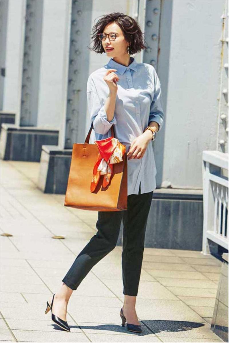 この夏、パンツ派の通勤バッグは抜け感カラーのビッグトート。色のきれいさが軽やかな印象に♡_1
