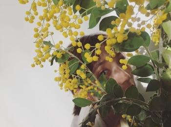 お花の後ろに隠れているモアモデル、だーれだ? 【撮影オフショット】
