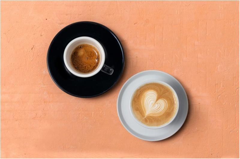 ブラックコーヒーとホワイトフラットが飲み比べられる