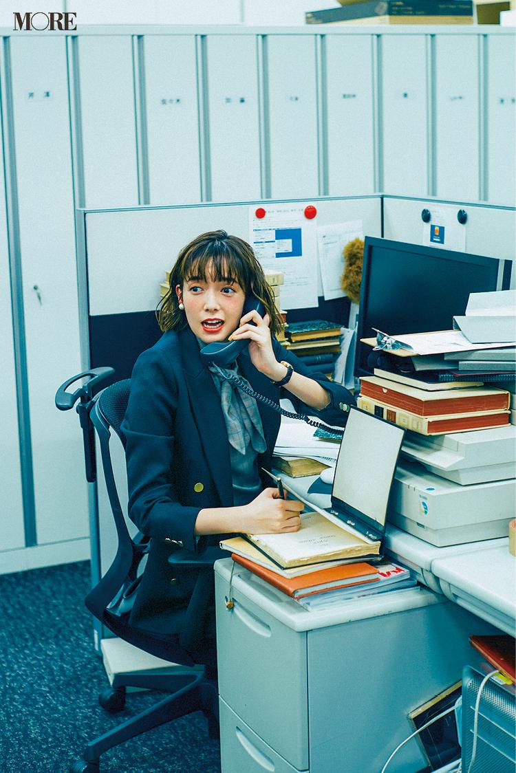 「仕事始めの日から大忙し。社内はジャケット、暑いな……」佐藤栞里主演【冬から春へ。手持ち服9着から始める着回し】5日目_1