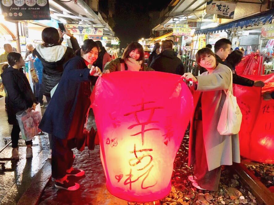 《台湾女子旅》大晦日は十分で天燈上げ+嵐の夜の九份でお茶会_4