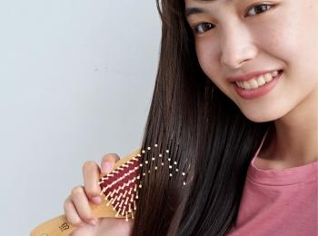 6月28日発売! MORE8月号の付録は、頭皮マッサージができる『uka』の美髪パドルブラシ!