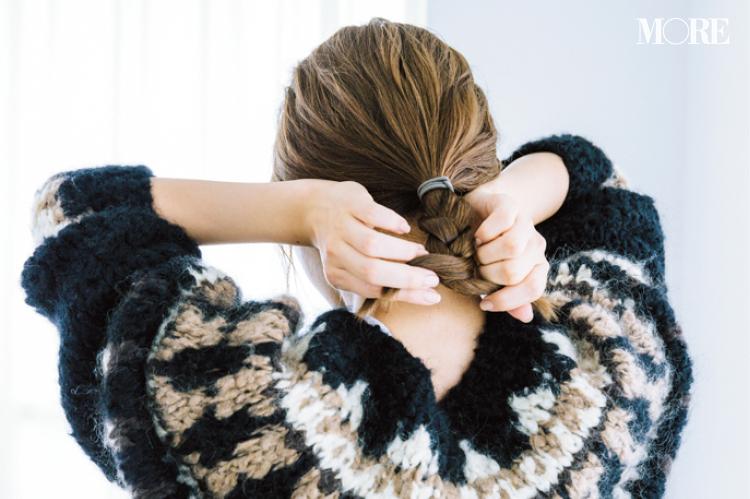 大人っぽくニットを着たいなら、タイトな三つ編みヘアアレンジで! ワックスやスプレーなど、おすすめのヘアスタイリング剤も_3
