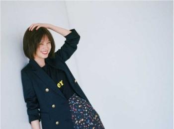 【今日のコーデ】「おしゃれはジャケットで」な日はロゴT×花柄スカートの甘辛ミックス!