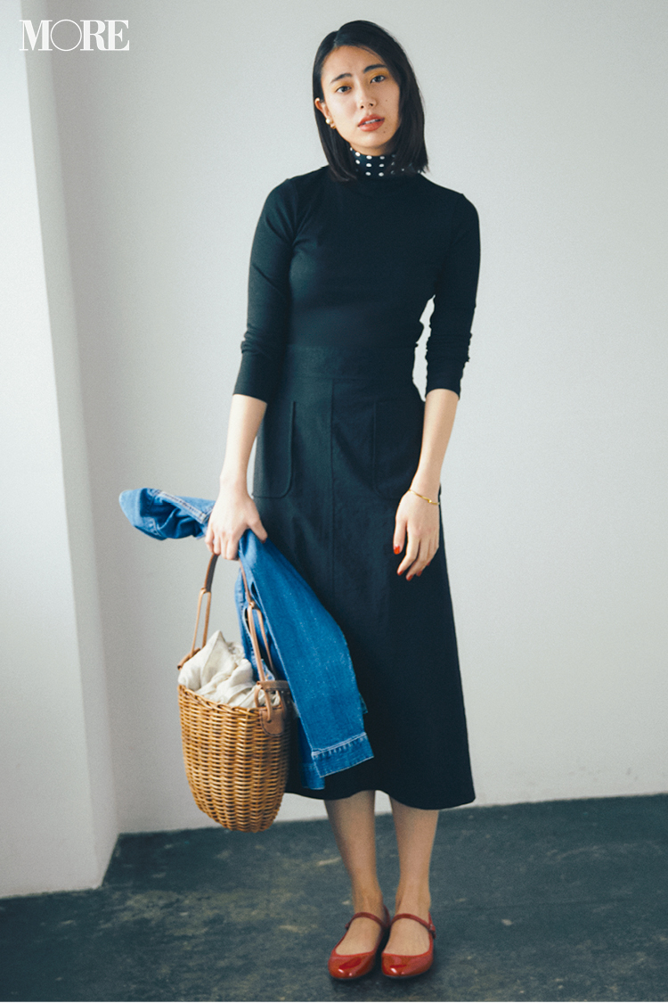 """b459a83a78dbe そのためにまずは""""春の黒""""をひとつ新調して。つややかなナイロン素材のタイトスカートなら黒でもすっきり軽やかな印象に。シンプルなカットソーを合わせたら、あとは  ..."""