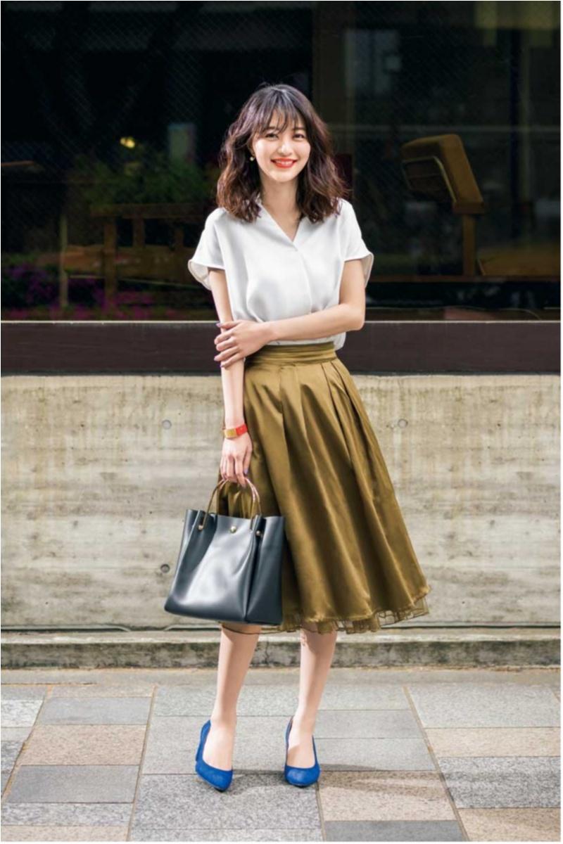 【オフィスカジュアル見本8】定番シャツ×フレアスカートの素材にこだわっておしゃれ見え