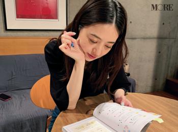 逢沢りなと図書館デートってこんな感じ? 熟読しているのは……【モデルのオフショット】