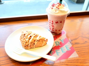 【スタバ】9日から新カスタマイズ!可愛くストロベリー三昧なメリーストロベリー ケーキ フラぺチーノ♡