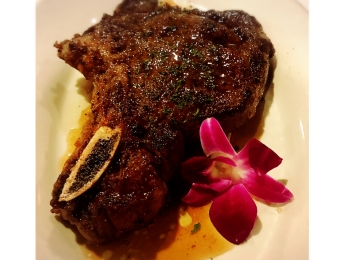 【ハワイグルメ5】肉好き女子必見*オシャレな空間で熟成肉を堪能! ハッピーアワー情報も♩