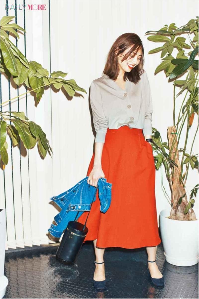 【今日のコーデ】新しい一週間のスタート! カーデのトップス使いと鮮度抜群のカラースカートで今っぽく♪_1